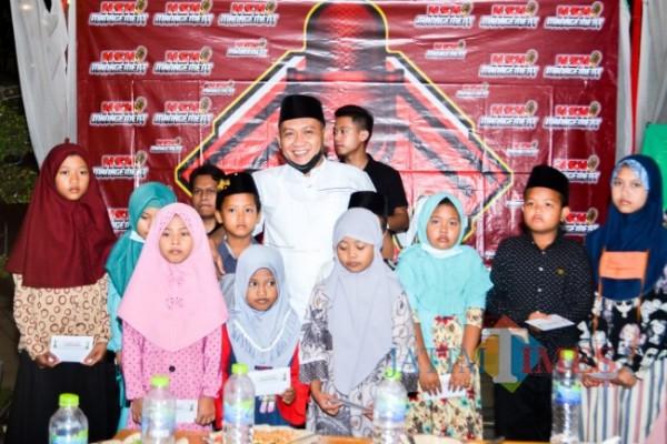 Owner Batik KaDe Abdus Somad foto bersama Anak yatim usai memberikan santunan(Foto: Rozy/JatimTIMES.com)