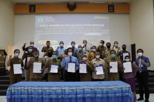 Rektor ITN Malang Prof Dr Eng Ir Abraham Lomi MSEE (4 dari kiri) saat menunjukkan berkas kerja sama dengan beberapa sekolah SMK di Jatim. (Ist)