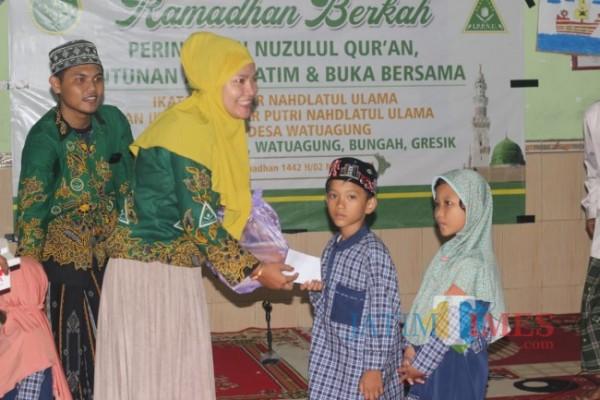 Suasana kegiatan santunan anak yatim oleh IPNU-IPPNU Watuagung. (Foto: Muhammad Al Faris/JatimTIMES).