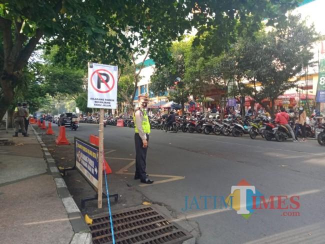 Tampak satu orang anggota Satlantas Polresta Malang Kota yang mengatur lalu lintas.