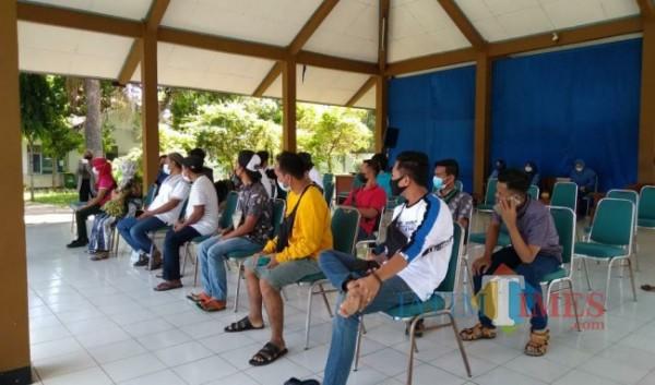 Tampak, sejumlah PMI saat berada di balai Diklat Bangkalan / lokasi karantina (Foto: Imam JatimTIMES)
