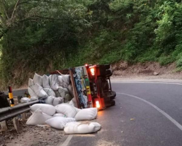 truk pengangkut sekam terguling di Jalan Turnojoyo-Moh. Manan, kawasang payung, Batu, Senin (3/5/2021) (Foto istimewa)
