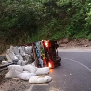 Oleng, Truk Pengangkut Sekam Terguling di Daerah Payung, Batu