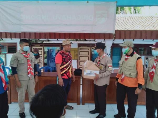 5 Kwartir Ranting se Kwarcab Kota Malang lakukan kegiatan kerja bakti serta memberikan bantuan korban terdampak gempa di Desa Lebakharjo, Kabupaten Malang, Sabtu (1/5/2021) lalu (foto: istimewa)