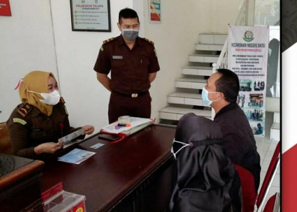 Kepala Kejari Kota Batu, Supriyanto sedang memantau pelaksanaan proses pengambilan BB tilang melalui online di gedung tilang point kantor Kejari Batu (foto istimewa)