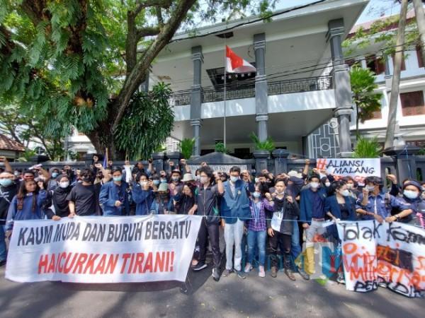 Kondisi massa aksi dari Aliansi Malang Bergerak saat berada di depan Gedung DPRD Kota Malang, Selasa (4/5/2021). (Foto: Tubagus Achmad/MalangTIMES)