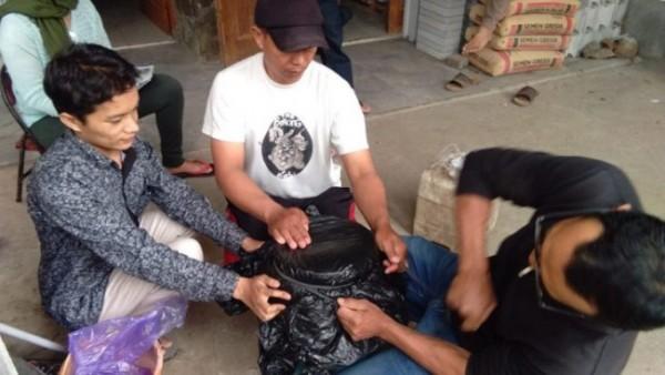 Nur Hendri Wahyu Firdaus (paling kiri) saat uji coba pembuatan MOL dengan para petani Kota Batu ( Istimewa)
