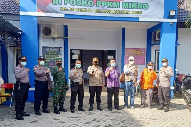 Rombongan tim Satgas Covid-19 juga melakukan tinjauan langsung ke lokasi di posko PPKM Mikro kelurahan Banjarmlati. (Foto: Ist)