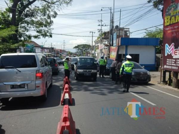 Satlantas Polres Kota Batu sedang lakukan pengawasan kendaraan di kawasan Desa Pendem Kota Batu, Selasa (4/5/2021) (foto: Mariano Gale/Jatim Times)