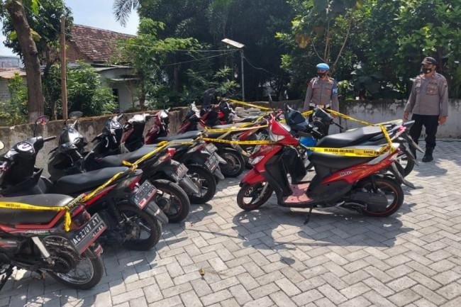 Sepeda motor yang diamankan polisi ini diduga akan digunakan oleh para remaja untuk melakukan aksi balap liar.(Foto: Ist)