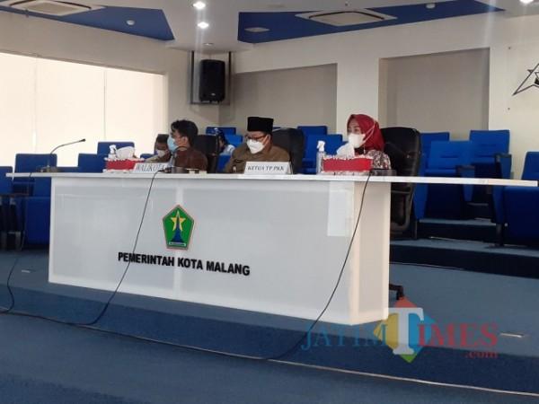 Sesi penjurian kompetisi TikTok Piala Wali Kota oleh Wali Kota Malang Sutiaji (tengah) di NCC Balai Kota Malang, Selasa (4/5/2021). (Arifina Cahyanti Firdausi/MalangTIMES).