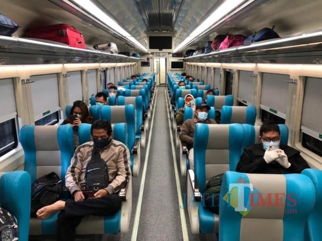 Suasana penumpang kereta apinyang menerapkan protokol kesehatan.
