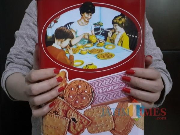 Tampilan kaleng biskuit Khong Guan. (Foto: Arifina Cahyanti Firdausi/JATIMTIMES).