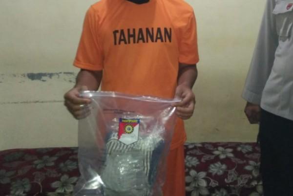 Tersangka beserta barang bukti ketika diamankan di Polsek Ngadiluwih. (Foto: Ist)