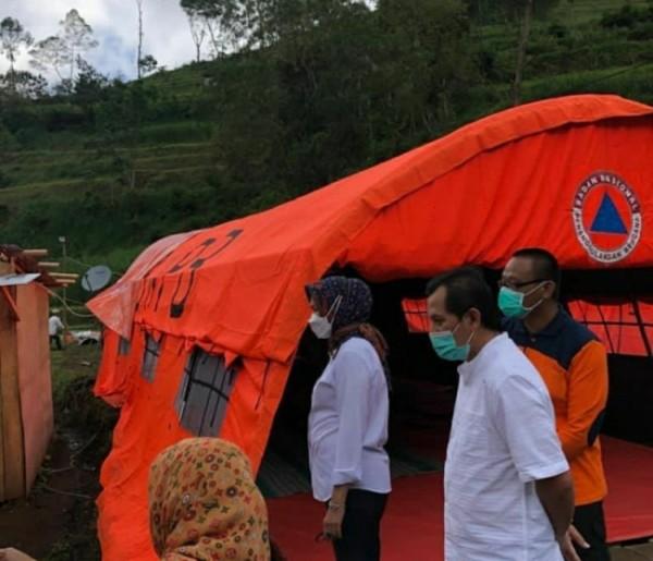Wali Kota Batu, Dewanti Rumpoko sedang mengunjungi korban longsor di Dusun Brau, Desa Gunungsari (foto istimewa)