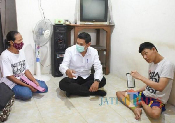 Walikota Kediri Abdullah Abu Bakar mengunjungi rumah agus .(ist)