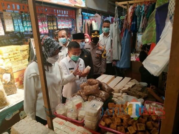 Frokopimda Kota Batu kembali giat sidak lonjakan harga bahan baku di Pasar Besar Kota Batu, Rabu (5/5/2021) (foto:Mariano Gale/Jatim Times)
