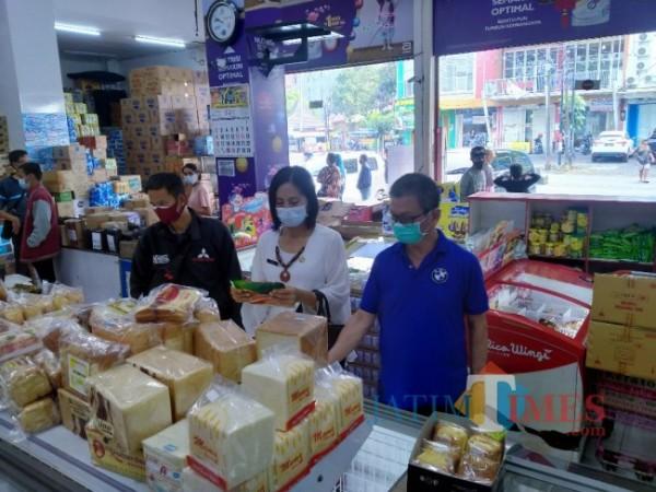 Kasi Pengendalian dan Pengawasan Diskopindag Kota Malang, Luh Eka Wilantari, saat melakukan pengecekan di Utama Grosir (Anggara Sudiongko/MalangTIMES)