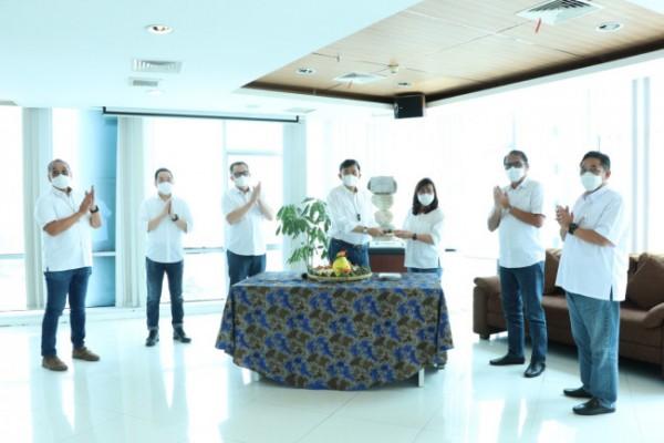 Margono Tanuwijaya, CEO FIFGROUP, menyerahkan potongan tumpeng secara simbolis dalam acara Pesta Rakyat FIFGROUP merayakan usia FIFGROUP 32 tahun