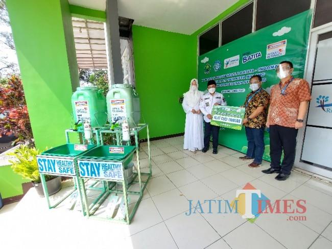 Penyerahan secara simbolis alat cuci tangan dari Indomaret kepada Pemerintah Kota Malang.