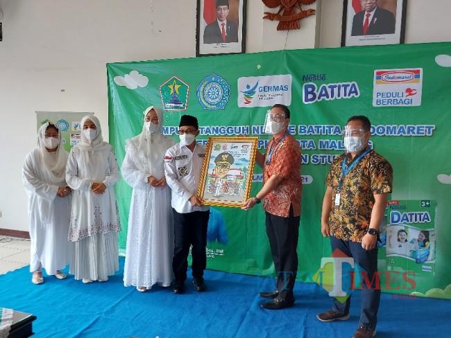 Perwakilan Indomaret saat menyerahkan karikatur Wali Kota Malang Sutiaji.