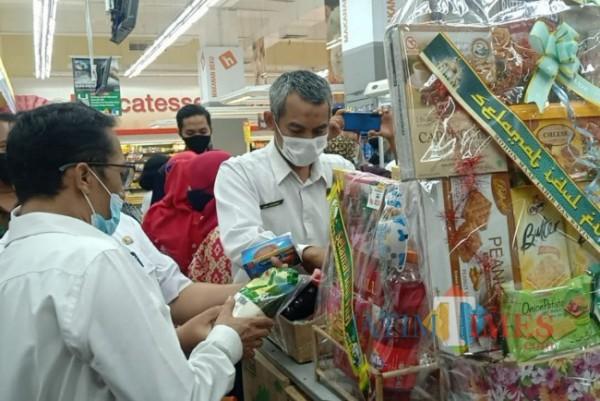 Petugas melakukan sidak di pusat perbelanjaan.(Eko Arif S/ JatimTIMES)
