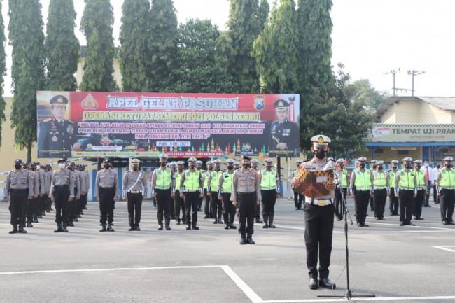 Polres Kediri menggelar apel pergeseran pasukan operasi Ketupat 2021. Apel upacara itu dilaksanakan di lapangan Mapolres Kediri, Rabu (5/5/2021). (Foto: Ist)