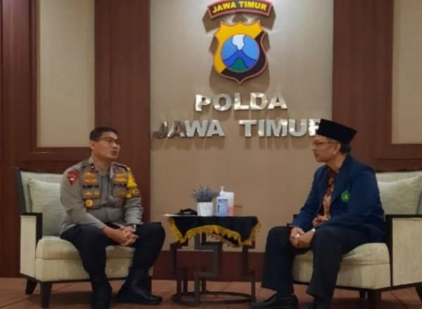 Prof Abdul Haris melakukan kunjungan silaturahmi ke Polda Jatim. Dalam kunjungannya itu, Prof Haris disambut oleh Wakapolda Jawa Timur Brigjen Pol Slamet Hadi Supraptoyo (kiri). (Foto: Ist)