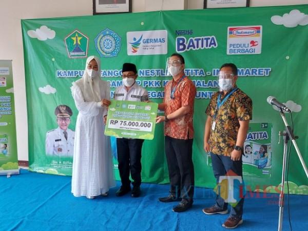 Proses penyerahan bantuan paket sembako dan Susu Nestle Batita secara simbolis dari Indomaret kepada Pemerintah Kota Malang, Rabu (5/5/2021). (Foto: Tubagus Achmad/MalangTIMES)