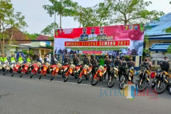 Tampak sejumlah aparat gabungan dalam apel gelar pasukan operasi ketupat semeru 2021 di halaman kantor Pemkab Tulungagung. Rabu 05/05/2021. (Foto: Muhsin/TulungagungTimes)