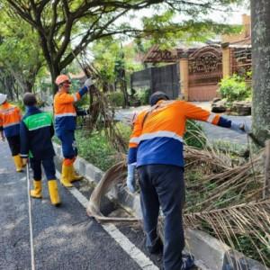 Jaga Keindahan dan Kenyamanan, DLH Kota Malang Rutin Bersih-Bersih Taman