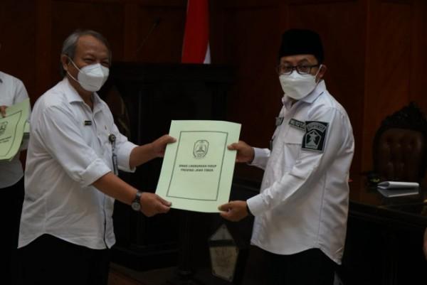 Wali Kota Malang Sutiaji (berkopiah) saat menyerahkan sertifikat penghargaan Adiwiyata di ruang sidang Balai Kota Malang, Rabu (5/5/2021). (Foto: Istimewa).
