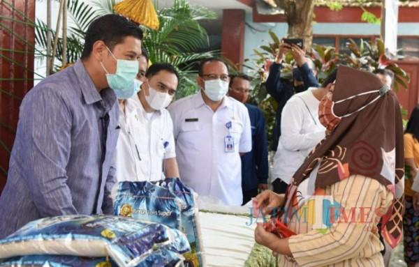 Walikota Kediri Abdullah Abu Bakar meninjau pasar murni di kelurahan Bandar.(ist)
