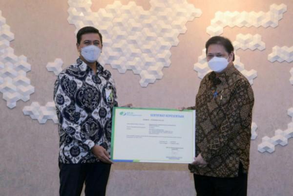 Direktur Utama BPJamsostek Anggoro Eko Cahyo secara simbolis menyerahkan sertifikan kepesertaan kepada Menteri Koordinator Perekonomian RI Airlangga Hartarto. (Foto: BPJamsostek)