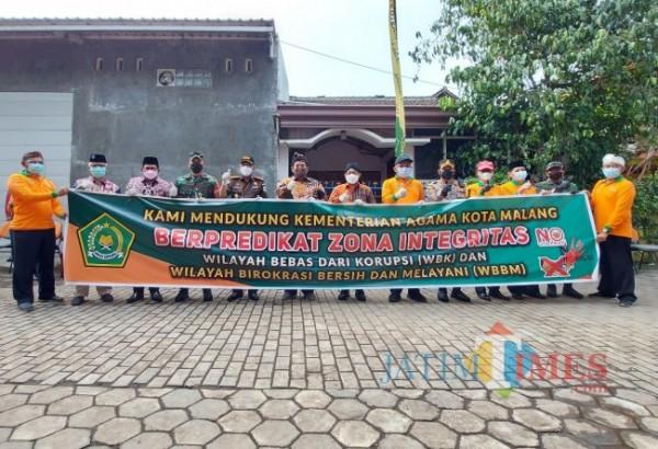 Jajaran Forkopimda Kota Malang saat berfoto bersama dengan pimpinan Kantor Kementerian Agama Kota Malang, Kamis (6/5/2021). (Foto: Tubagus Achmad/MalangTIMES)