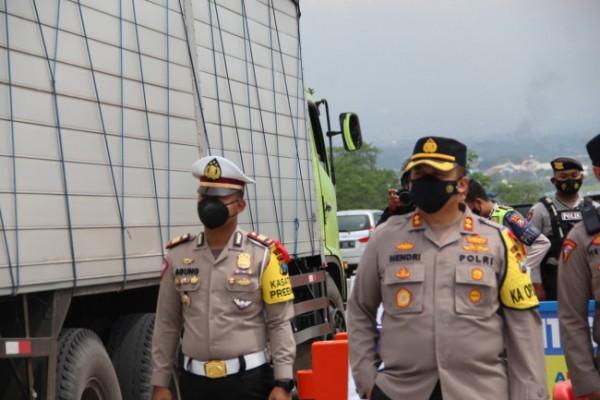 Kapolres Malang AKBP Hendri Umar (kanan depan) saat memantau penyekatan hari pertama di Exit Tol Singosari (foto: Humas Polres Malang for MalangTIMES)
