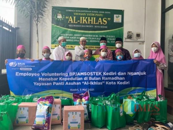 Kepala BPJAMSOTEK Kediri Agus Suprihadi memberikan bantuan yayasan yatim piatu.(Foto: Ist)