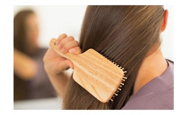 Menyisir rambut (Foto: Primadaily.com)