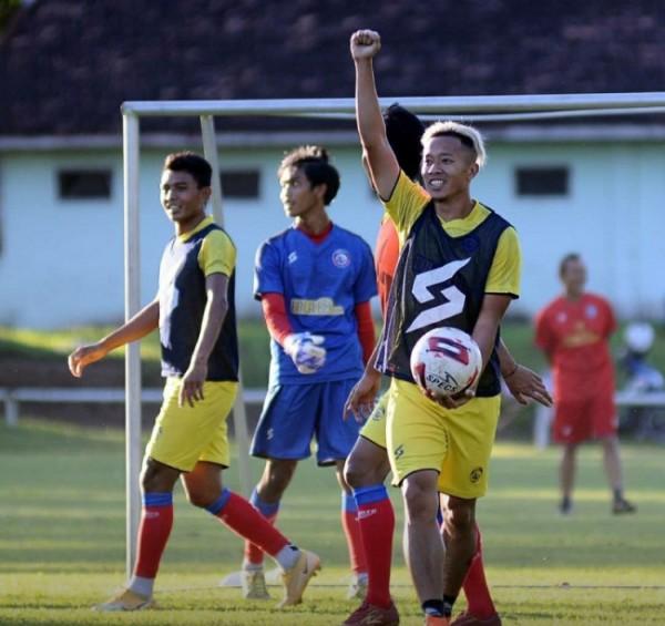 Pemain Arema FC sedang melakukan latihan. (foto ilustrasi)