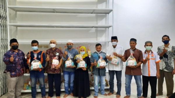 Pemberian paket bingkisan oleh Ketua Fraksi PKS DPRD Kota Malang Trio Agus Purwono (paling kiri) ke wilayah Kelurahan Tunjungsekar. (Foto: Istimewa).