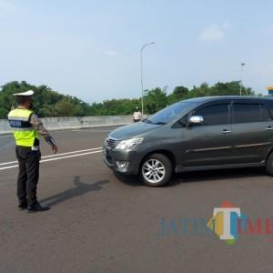 Menjelang Sore Hari, 18 Mobil Diarahkan Putar Balik di Pos Pengamanan Exit Tol Madyopuro