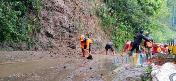 Petugas saat membersihkan runtuhan tanah longsor di Kota Batu beberapa saat lalu. (Foto: istimewa)