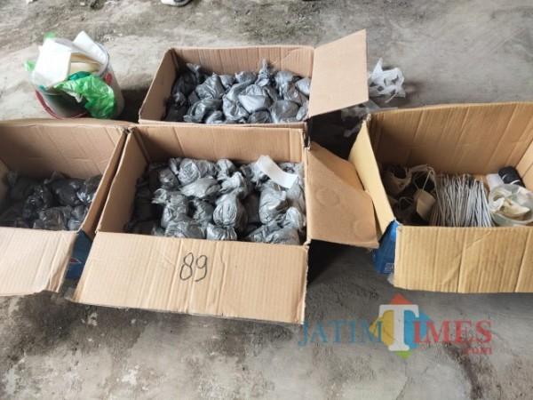 Polisi menyita barang bukti (Foto: Abror Rosi/JatimTimes)
