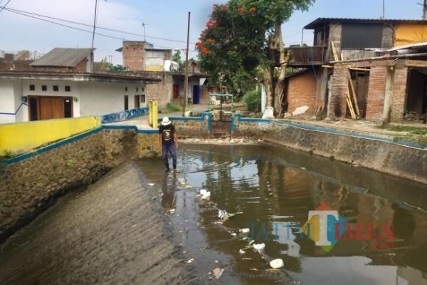 Salah satu warga saat membersihkan sampah di aliran Sungai Kebo di RW 2, Kelurahan Ngaglik, Kecamatan Batu, Kota Batu, Kamis (6/5/2021). (Foto: Irsya Richa/ MalangTIMES)