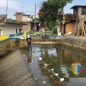 DLH Kota Batu Terjunkan Tim Analisa Sungai Kebo yang Tercemar
