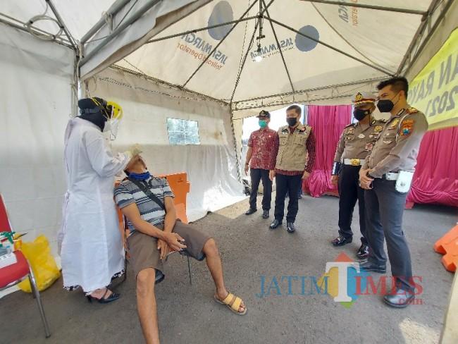 Salah seoranh pengendara yang menjalani rapid antigen di Pos Pengamanan Exit Tol Madyopuro Malang.
