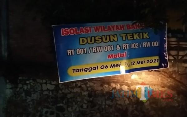 Tiap pintu gang masuk di 2 RT di dusun Tekik di pasang banner PPKM Mikro / Foto : Anang Basso / Tulungagung TIMES
