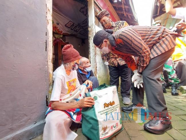 Wali Kota Malang Sutiaji saat memberikan paket sembako kepada warga di Kampung Qoriyah Sakinah.