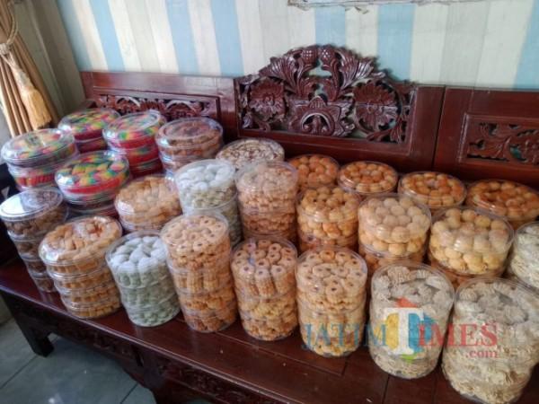 Beragam kue kering yang dipesan konsumen di Kota Batu. (Foto: Irsya Richa/MalangTIMES)