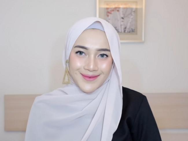 Elegan dengan gaya hijab pakai anting.